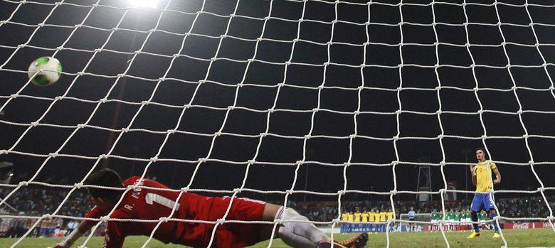 Foto: Raúl Gudino, portero de México súb-17, para un penalti al brasileño Mosquito. (Efe)