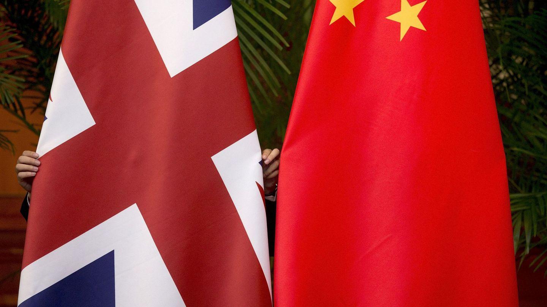 Banderas del Reino Unido y China. (Reuters)