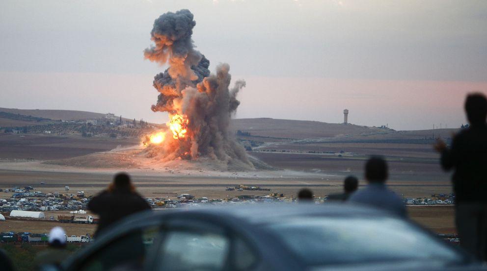 Foto: Kurdos observan desde la frontera turca los bombardeos contra posiciones del Estado Islámico en los alrededores de la ciudad siria de Kobane (Reuters).