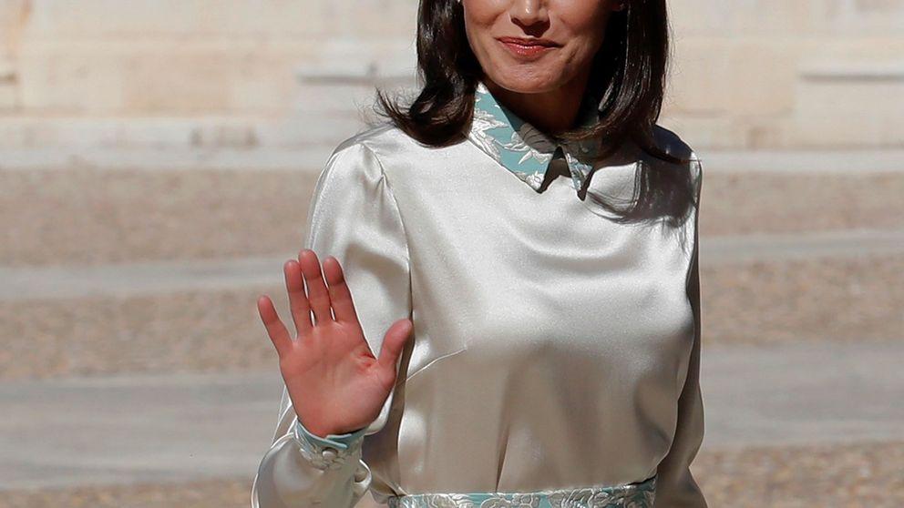 La reina Letizia reinventa el mantón de Manila con este conjunto de Duyos