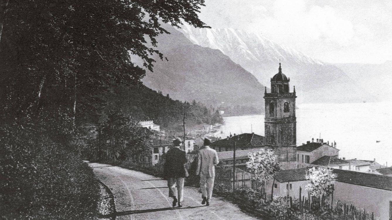 Foto: Paseantes en la orilla del Lago de Como, en los años veinte del pasado siglo.