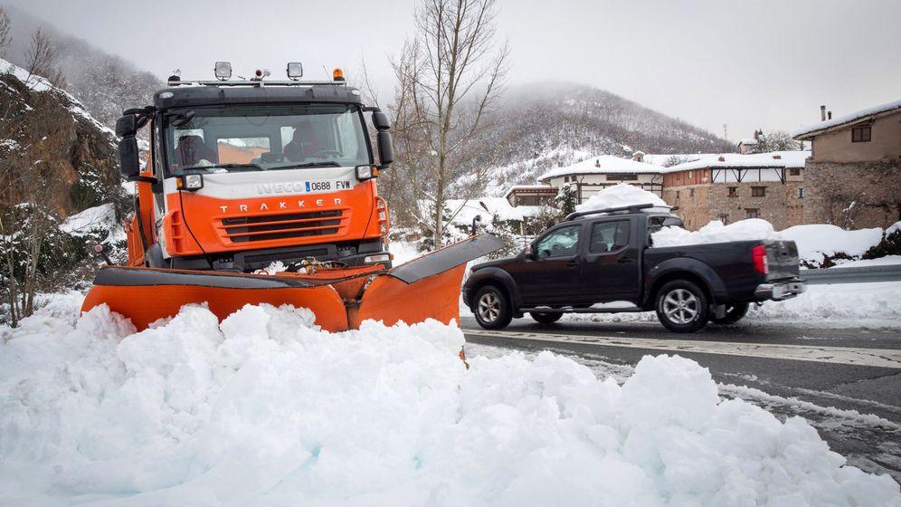 Foto: La nevada ha provoado horas de retenciones en las carreteras del norte de España (EFE)