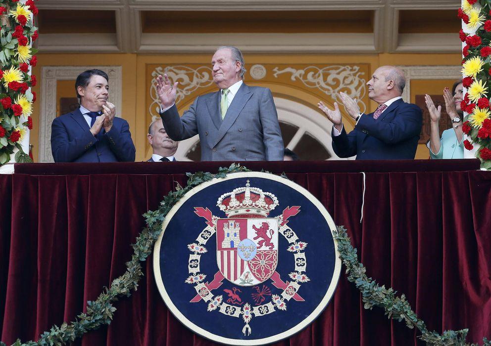 Foto: El rey Juan Carlos saluda desde el palco Real de la Monumental de Las Ventas. (EFE)
