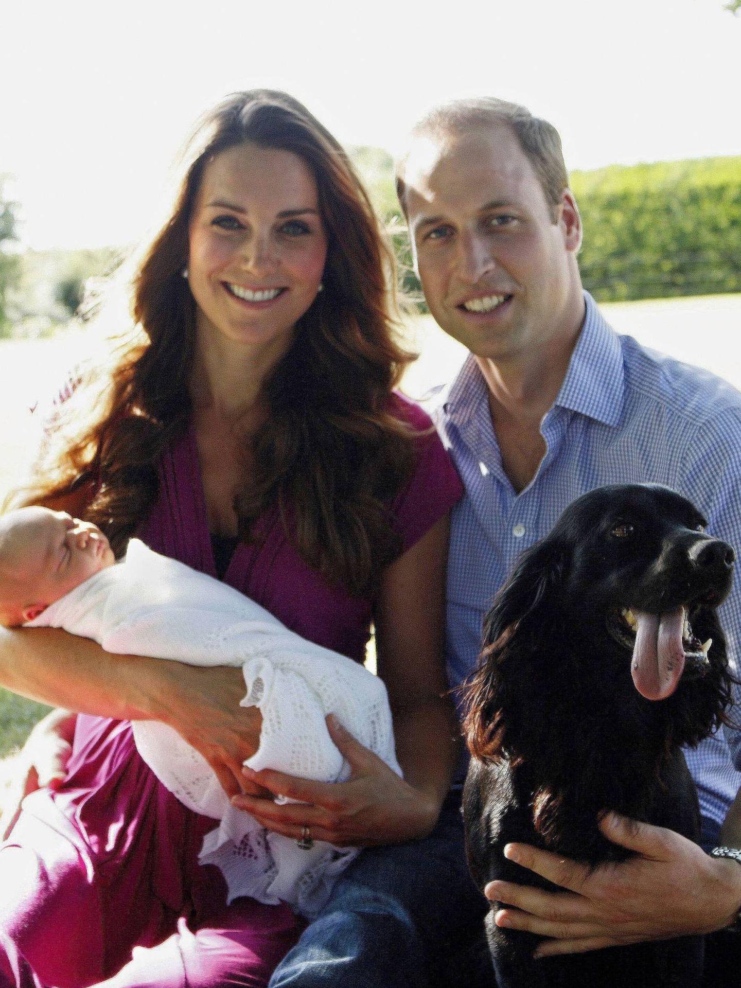 Guillermo y Kate, con el príncipe George en brazos y junto a su perro Lupo. (Michael Middleton, Palacio de Kensington)