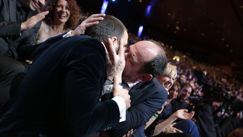 Foto: Dani Rovira y Karra Elejalde se funden en un beso de película (Gtres)