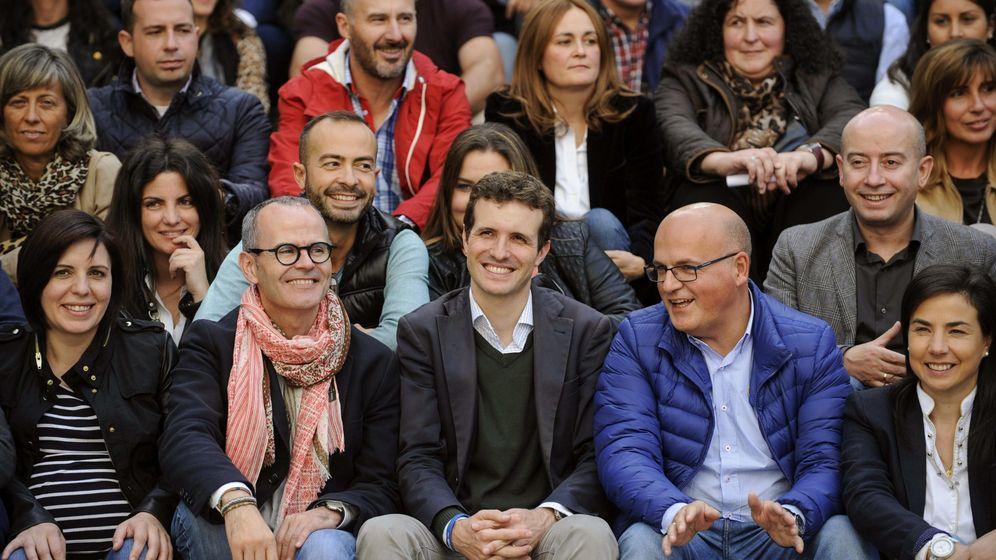 Foto: Pablo Casado y a la derecha el todavía presidente de la Diputación de Ourense, Manuel Baltar. (EFE)
