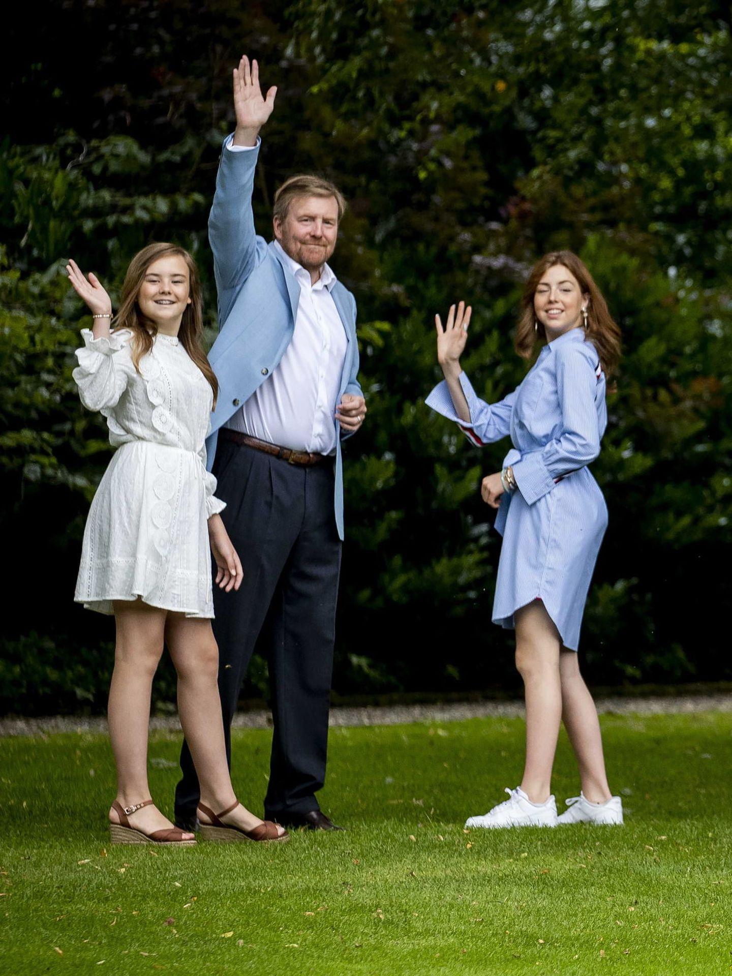 El rey Guillermo, con Alexia y Ariane. (Reuters)