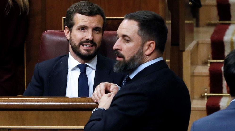 Foto: Pablo Casado (i) y Santiago Abascal conversan durante la sesión constitutiva de la Cámara Baja. (EFE)