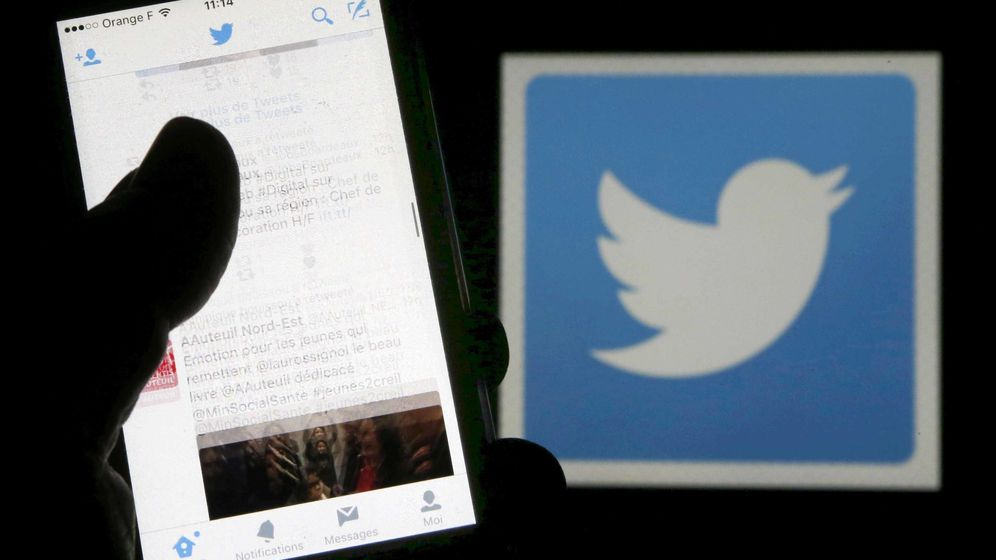 Foto: Un teléfono frente al logo de Twitter (Reuters)