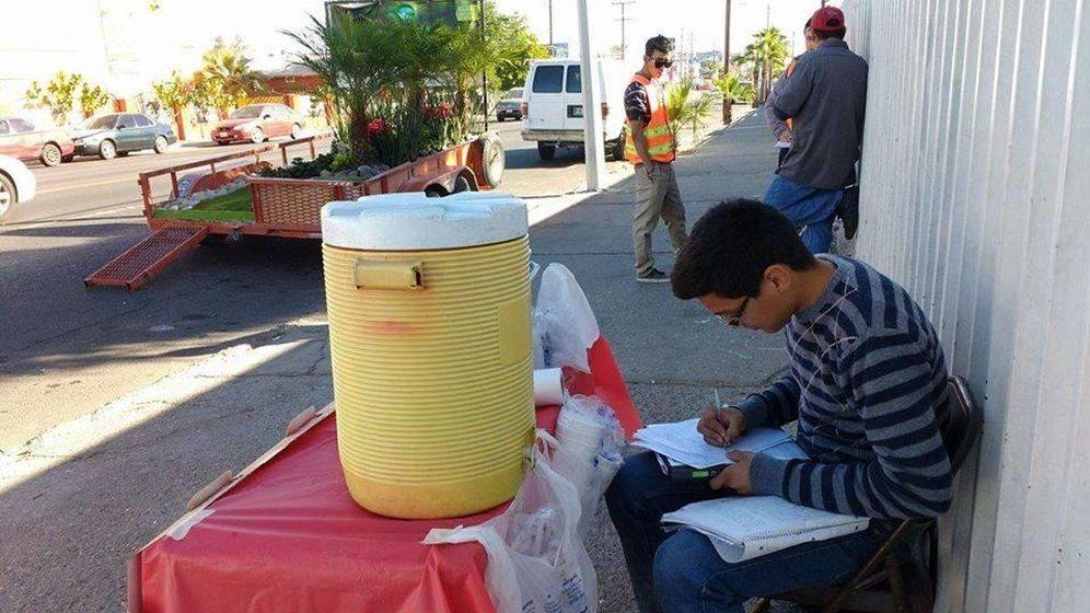 Foto: Foto del joven estudiando en la calle hecha pública por el perfil de Facebook de Tuxtla En Resistencia
