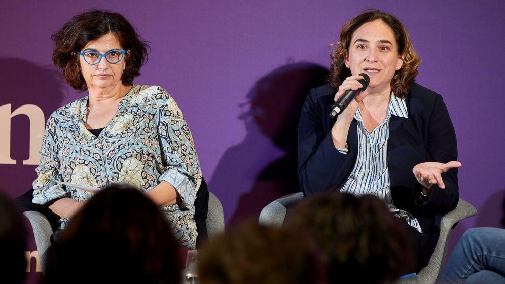 Foto: La alcaldesa de Barcelona, Ada Colau (d), junto a Rosa Lluch (i), en un acto de campaña de En Comú Podem. (EFE)