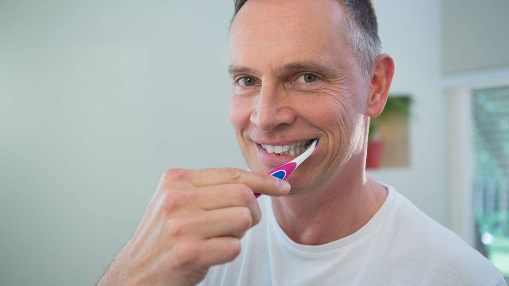 Lo que no debes hacer cuando te lavas los dientes, según los expertos