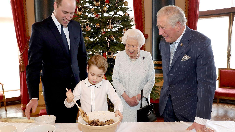 La reina, el príncipe Guillermo, el príncipe de Gales y el pequeño George, esta Navidad en Buckingham. (EFE)
