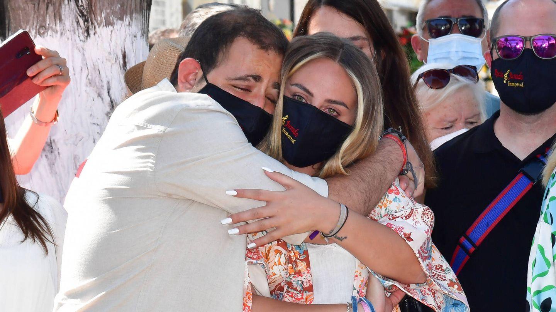 Rocío y David Flores abrazados en el homenaje a su abuela y en medio de la polémica con sus madre. (Gtres)