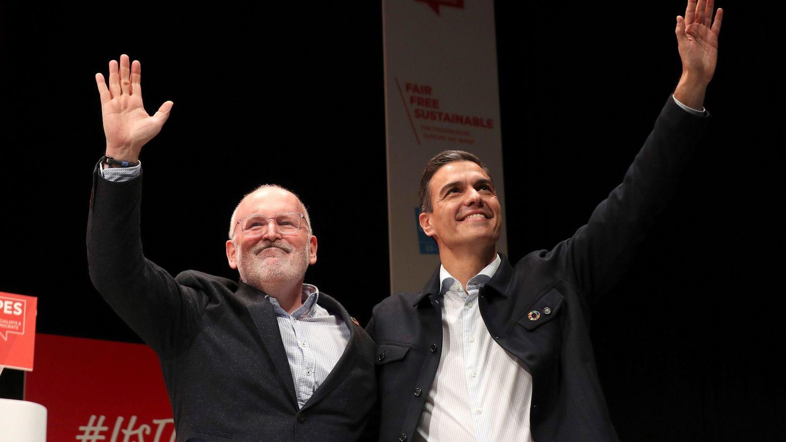 Foto: El candidato socialista europeo, Frans Timmermans, junto al presidente del Gobierno español. (EFE)