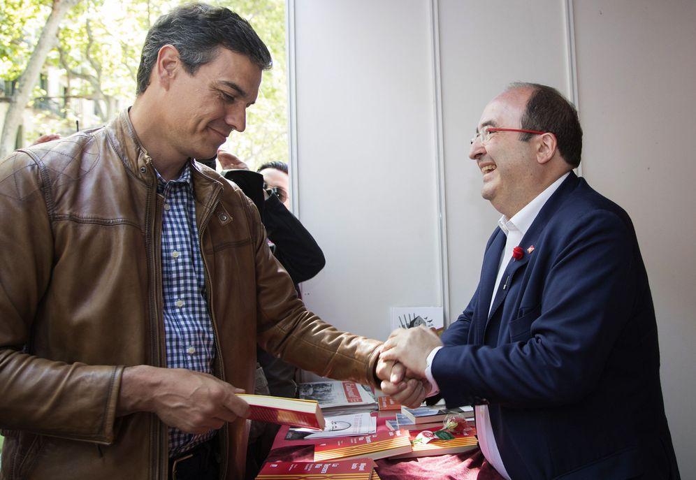 Foto: Pedro Sánchez y Miquel Iceta se saludan en Barcelona, en la fiesta de Sant Jordi, en plenas primarias del PSOE. (EFE)