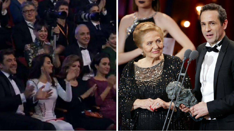 Gustavo y su madre recogen el premio mientras Beatriz aplaude desde el patio de butacas. (Vanitatis)