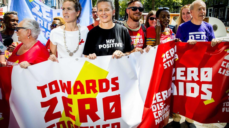 Mabel de Holanda, a la cabeza de una manifestación por la lucha contra el sida. (EFE)