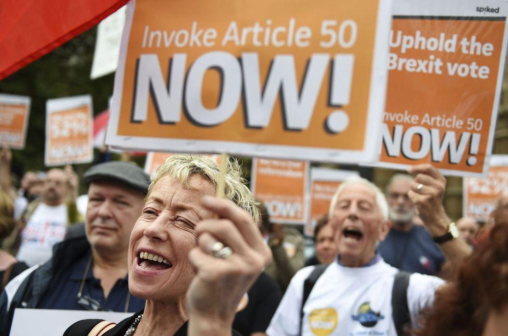 Foto: Británicos pro-Brexit exigen la puesta en marcha del artículo 50 del Tratado de Lisboa para iniciar la salida británica de la UE, el 5 de septiembre de 2016. (EFE)