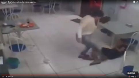 Intenta robar un bolso, se resbala y le dan una paliza