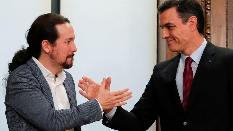 Pedro Sánchez y Pablo Iglesias se saludan. (Reuters)