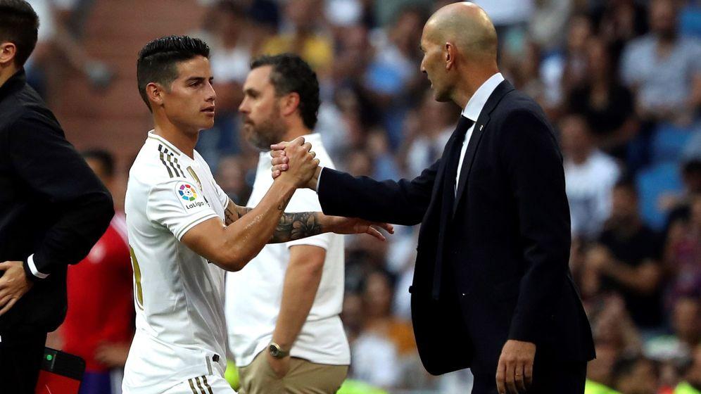 Foto: Zidane da la mano a James durante el partido de Liga frente al Valladolid. (EFE)