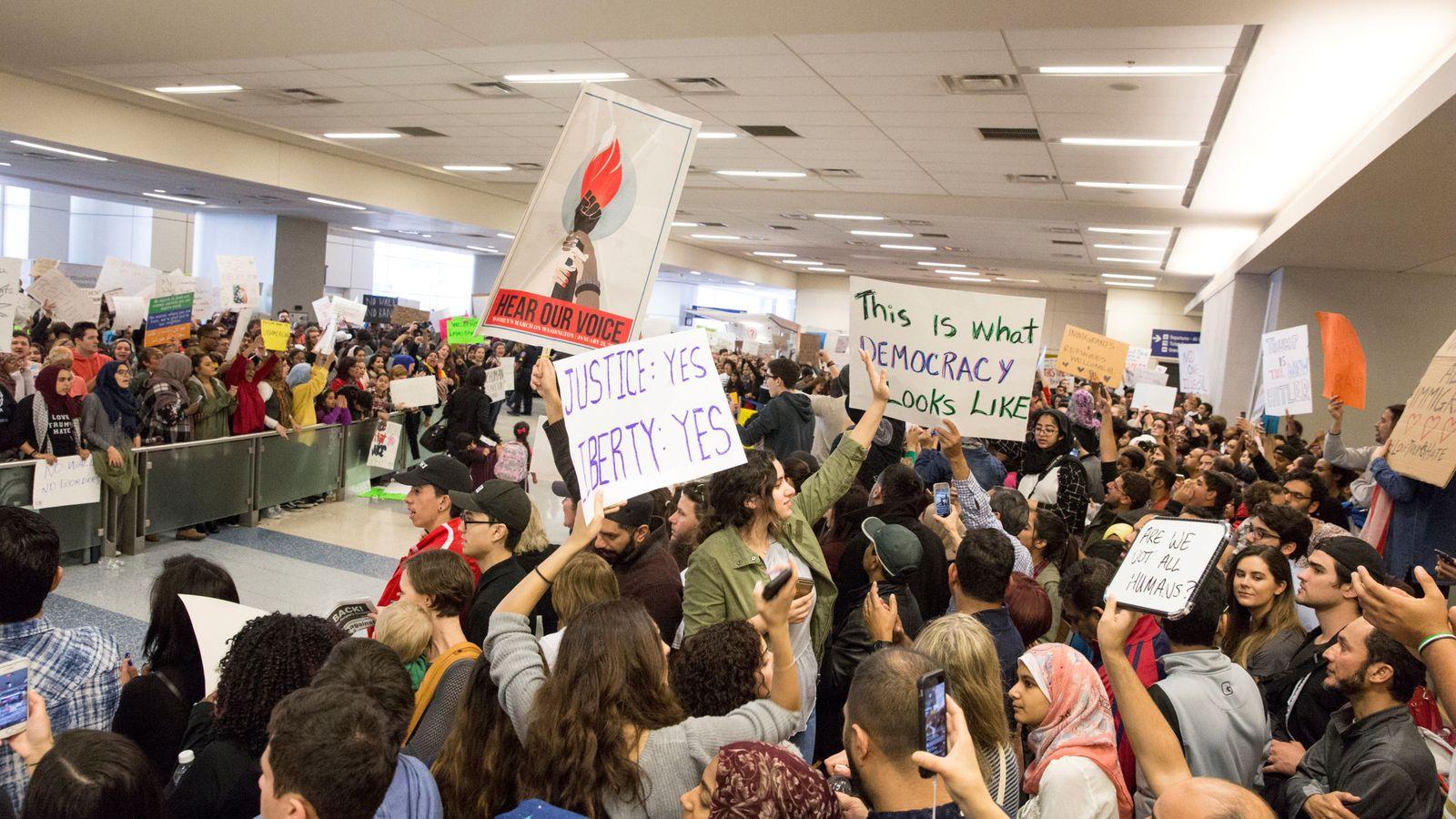 Foto: Protesta en Dallas contra el veto impuesto por Trump a la entrada de refugiados e inmigrantes de siete países en EEUU. (Reuters)