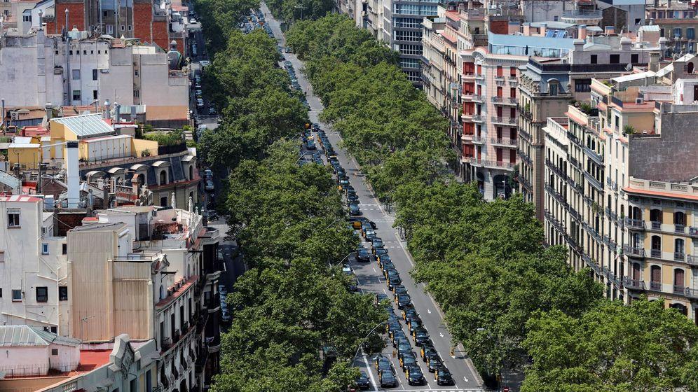 Foto: Los taxistas bloquean la Gran Vía de Barcelona. (EFE)