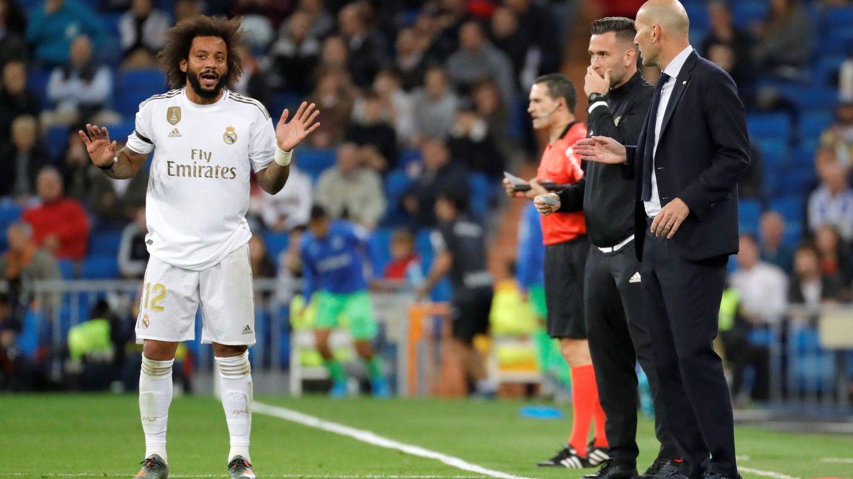 Marcelo y Zidane hablan en la banda durante un partido del Real Madrid. (Efe)