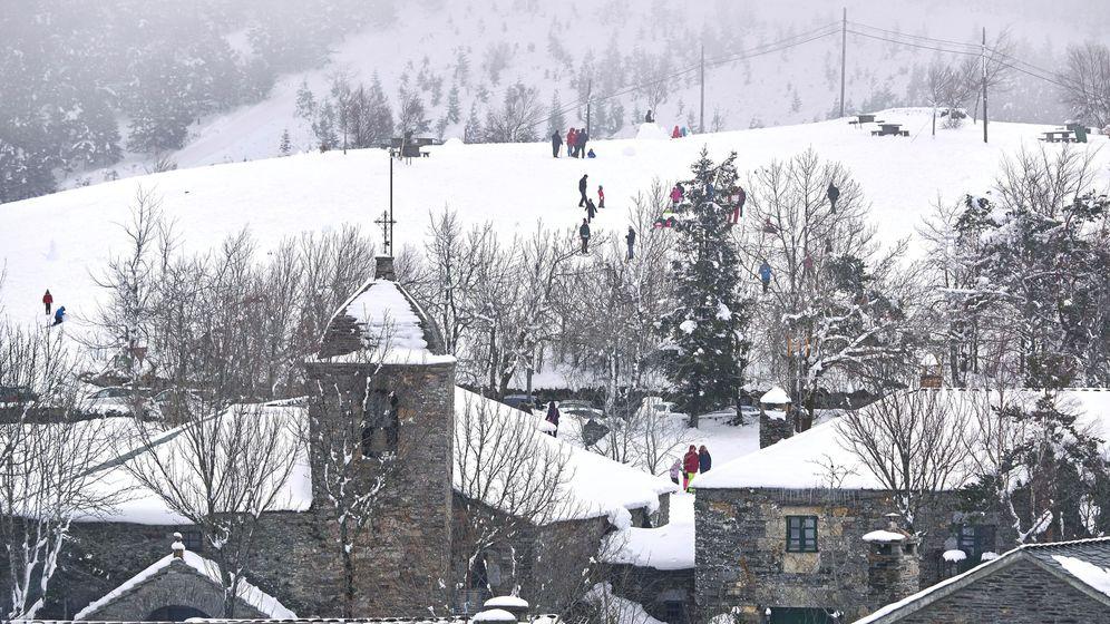Foto: Vista de la región de O Cebreiro, en Lugo, cubierta por la nieve. (Efe)