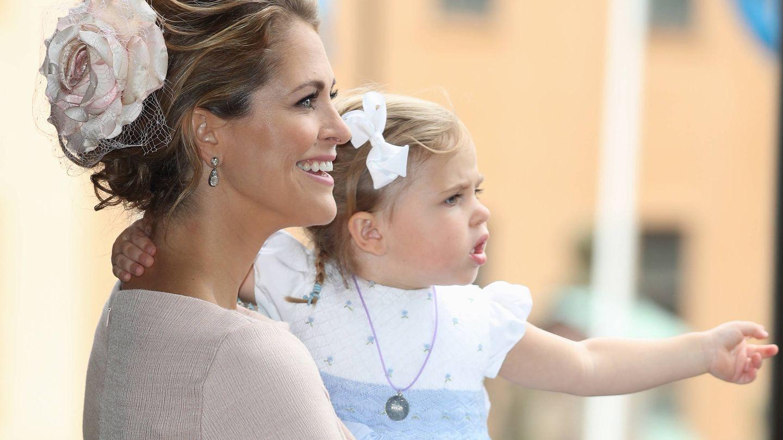 Magdalena de Suecia sostiene a su hija Leonore en el bautizo del príncipe Oscar.  (Getty)