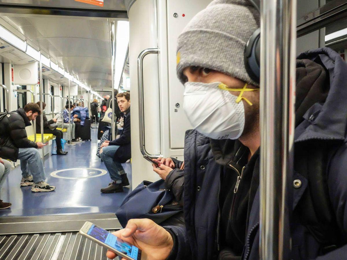 Foto: Un hombre con mascarilla en el metro de Milán. Efe