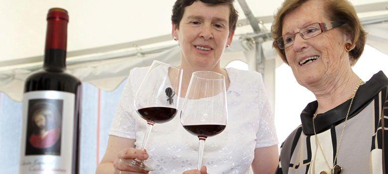 Foto: Cecilia Giménez, la restauradora del Ecce Homo, presenta etiqueta de un vino que lleva su nombre. (Efe)