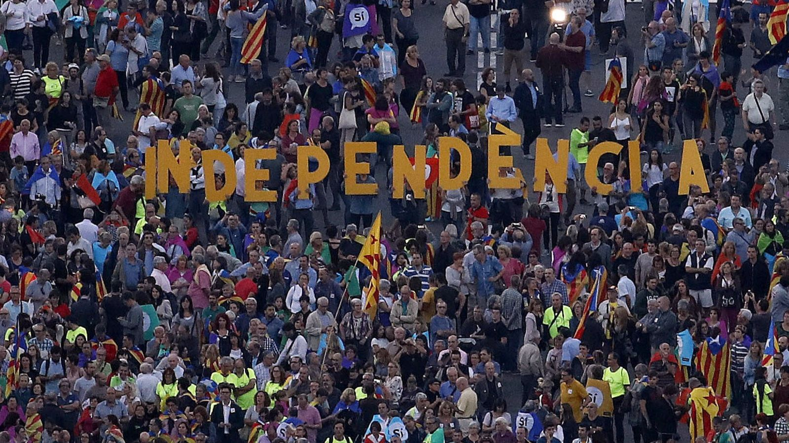 Foto: Asistentes al acto unitario del independentismo a dos días del 1-O, en 2017. (EFE)