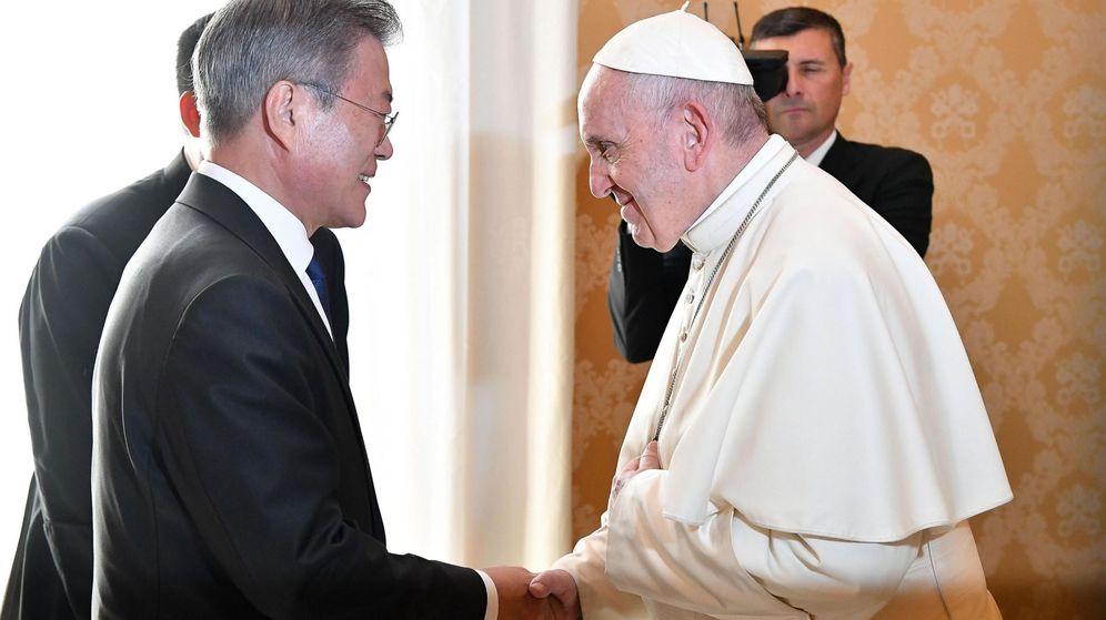 Foto: El papa Francisco, con el presidente surcoreano, Moon Jae-in (EFE/Alessandro Di Meo)