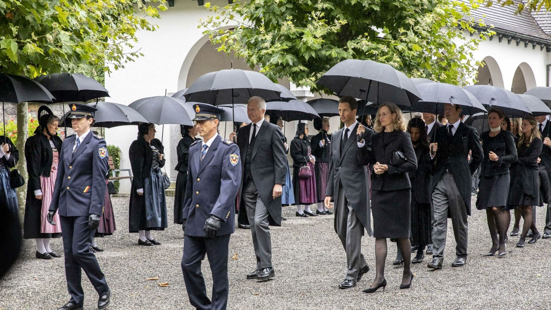 La llegada de Hans Adam y su hijo Alois, junto a otros familiares al templo. (EFE)