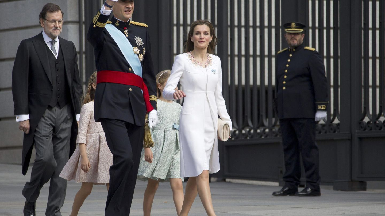 La Reina, con un diseño de Varela el día de la proclamación de Felipe VI. (EFE)
