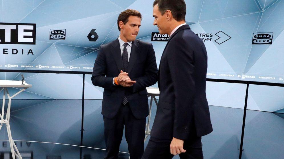 Foto: Los líderes del PSOE, Pedro Sánchez d), y de Ciudadanos, Albert Rivera, antes de comenzar el debate. (EFE)