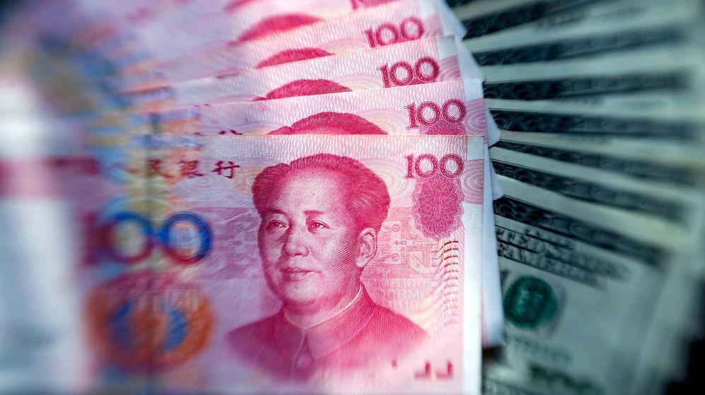 Foto: Billetes de yuanes junto a otros de dólares. (EFE)