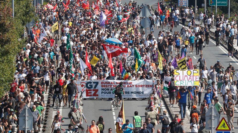 Foto: Los participantes en la contracumbre que se opone al G-7 celebran una manifestación entre Hendaya e Irún. (EFE)