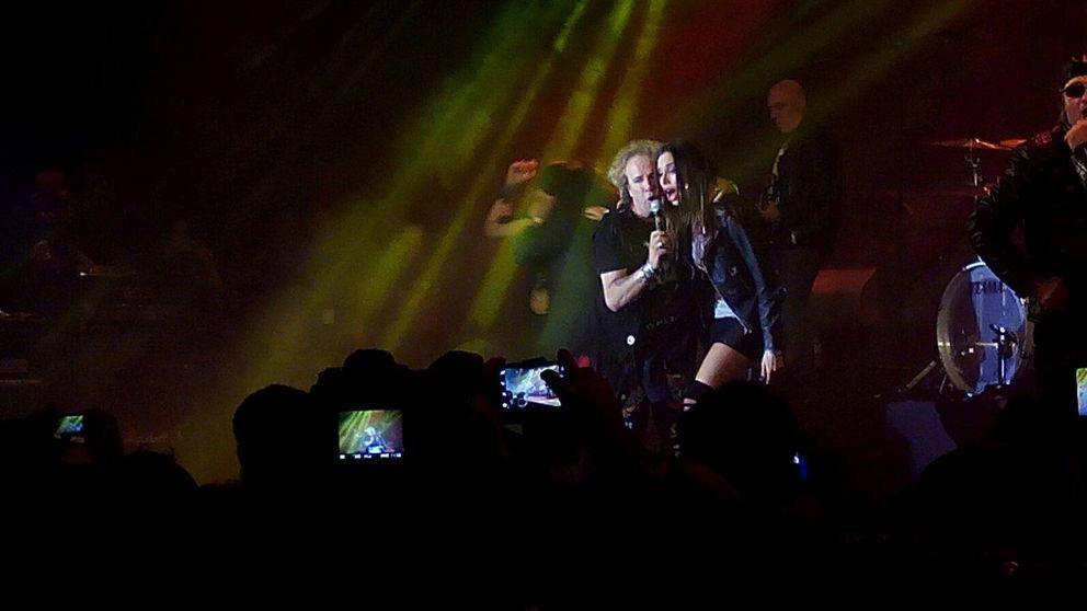 Pilar Rubio demuestra su amor por el 'heavy metal' sobre el escenario