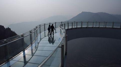 Rescatan a un turista en China tras colapsar un puente de cristal a 100 metros de altura