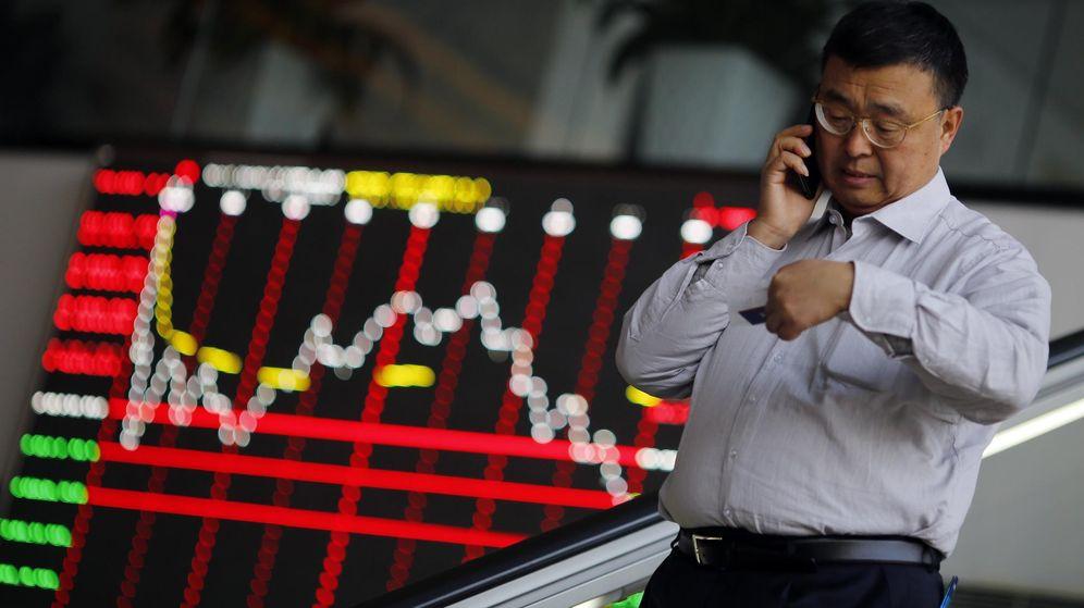 Foto: Un hombre habla por teléfono en la Bolsa de Shanghai. (Reuters)