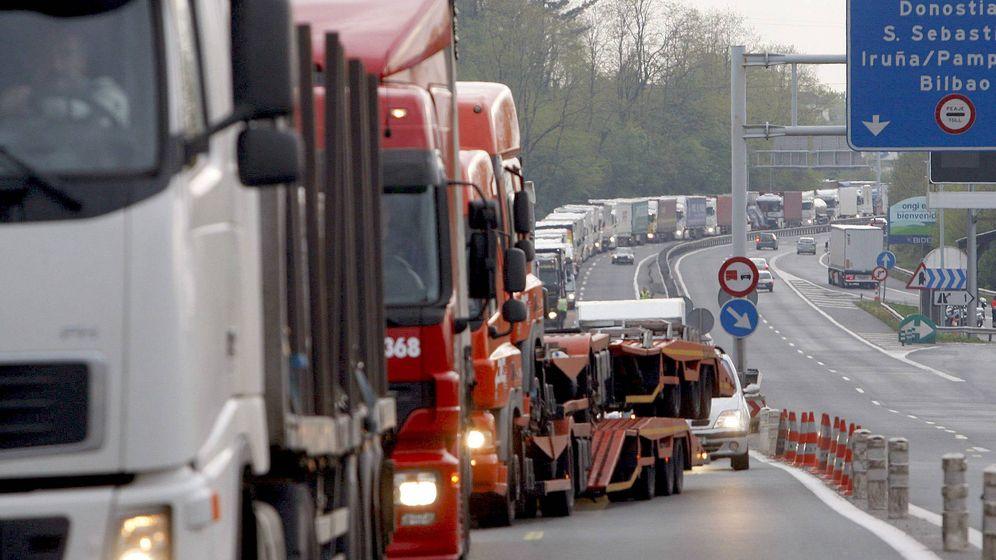 Foto: Retenciones de camiones en el paso fronterizo de Biriatou. (EFE)