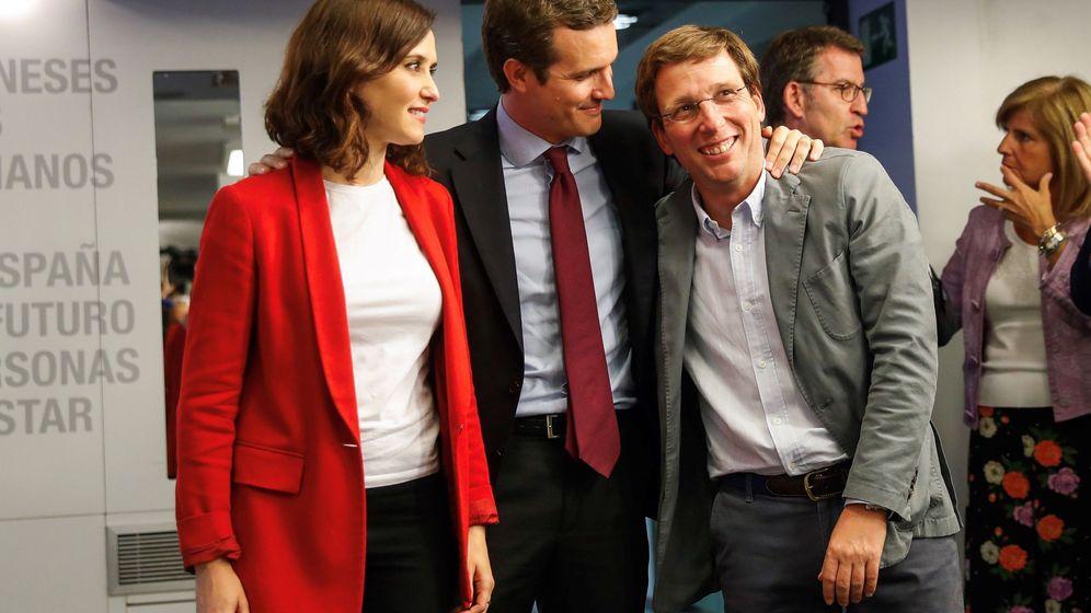 Foto: El presidente nacional del PP, Pablo Casado (c), posa con los candidatos del partido al ayuntamiento de la capital y a la Comunidad de Madrid, José Luis Martínez-Almeida e Isabel Díaz Ayuso. (EFE)