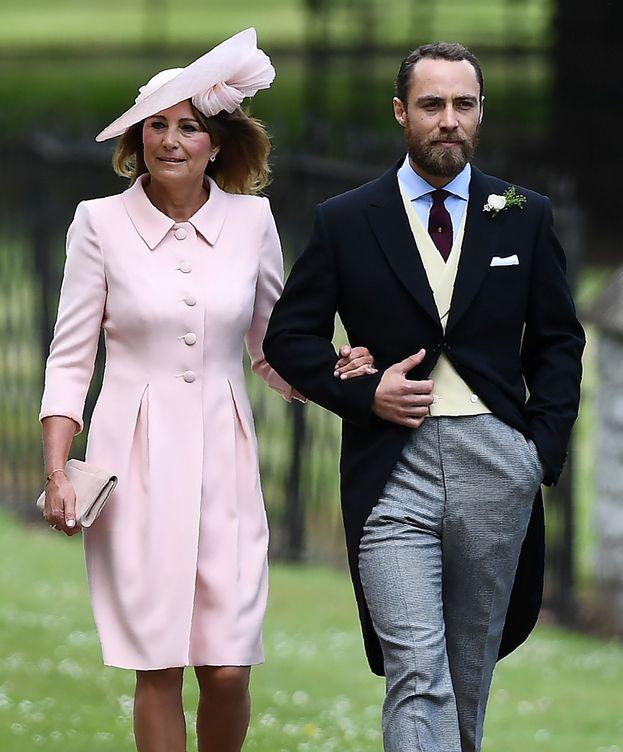 Foto: Carole Middleton, con su hijo James en la boda de Pippa. (Reuters)