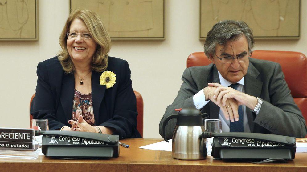 Foto: La presidenta de la Comisión Nacional del Mercado de Valores (CNMV), Elvira Rodríguez, junto al presidente de la Comisión de Economía y Competitividad del Congreso de los Diputados, Ovidio Sánchez. (EFE)