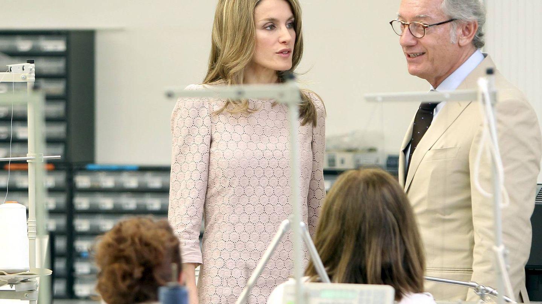 La reina Letizia conversa con Isak Andic en una visita a la fábrica de Mango en 2011. (EFE)