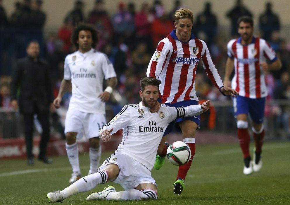 Foto: Sergio Ramos ante Fernando Torres, en el derbi de Copa disputado en el Vicente Calderón (Reuters)