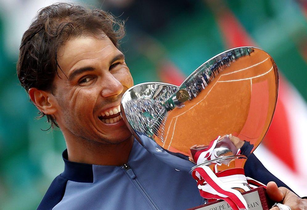 Foto: Rafa Nadal volvió a morder una copa, en este caso la novena que gana en Montecarlo. (EFE)